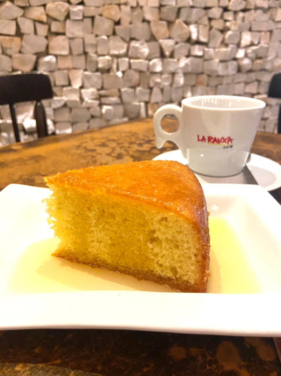 Bolo de laranja da La Rauxa é uma autêntica receita de mãe, ideal para servir com café. Foto: Divulgação