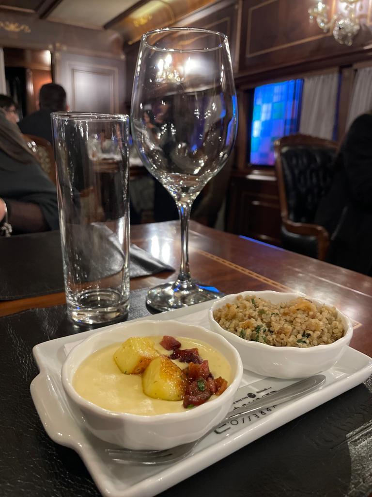 Creme de aipim com queijo coalho e bacon e salada de quinoa com crisp de espinafre e castanhas. Foto: Gisele Rech