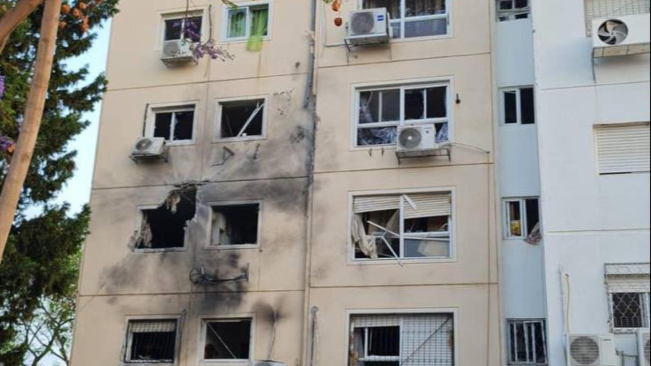 De acordo com as IDF, um foguete atingiu esse présdio residencial em Ascalão, ferindo seis pessoas.
