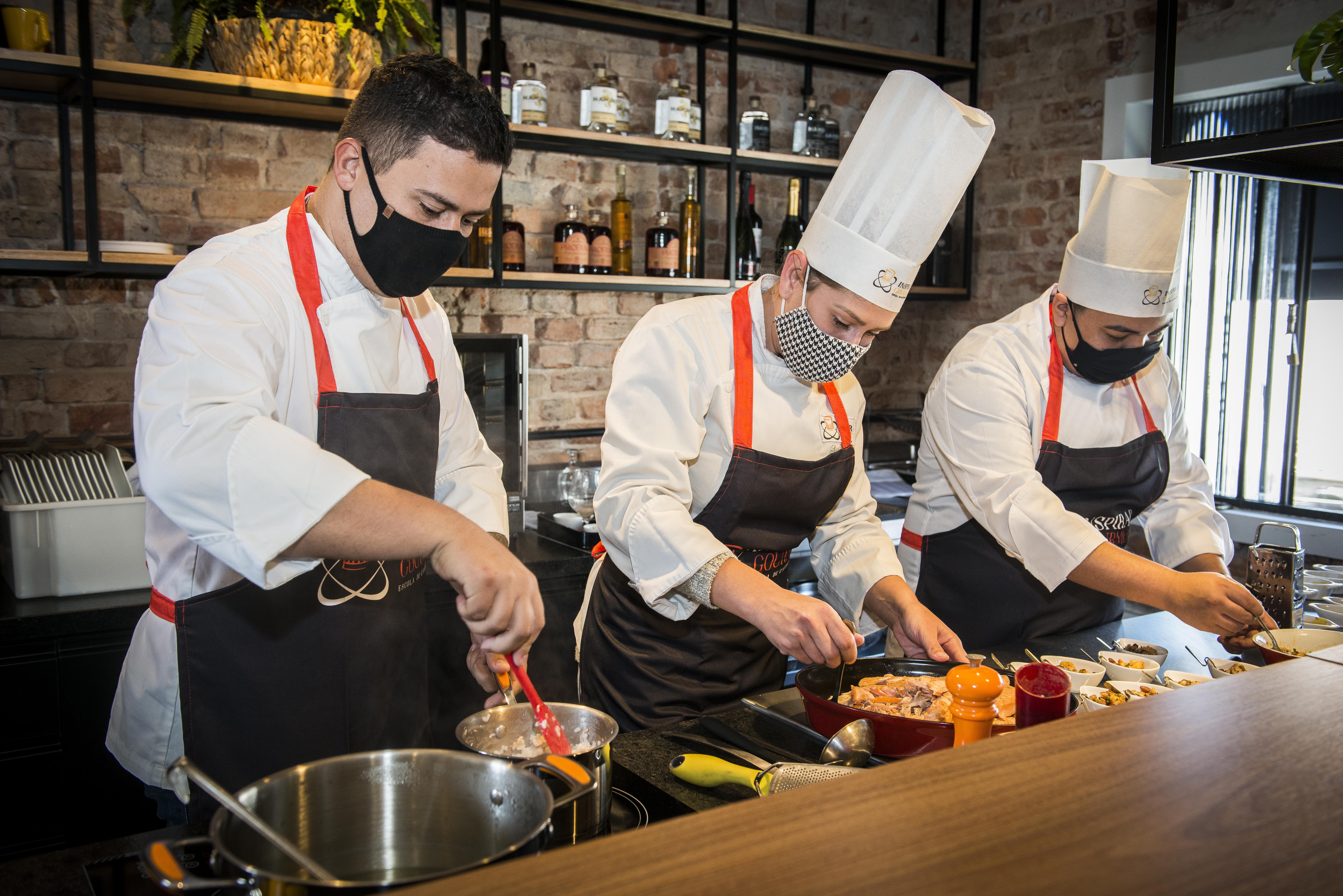Os chefs Kaue Henrique, Larissa Guzzo e Matheus Henrique fazem parte do time da Inspirar Gourmet, parceira do Sacas. Foto: Letícia Akemi