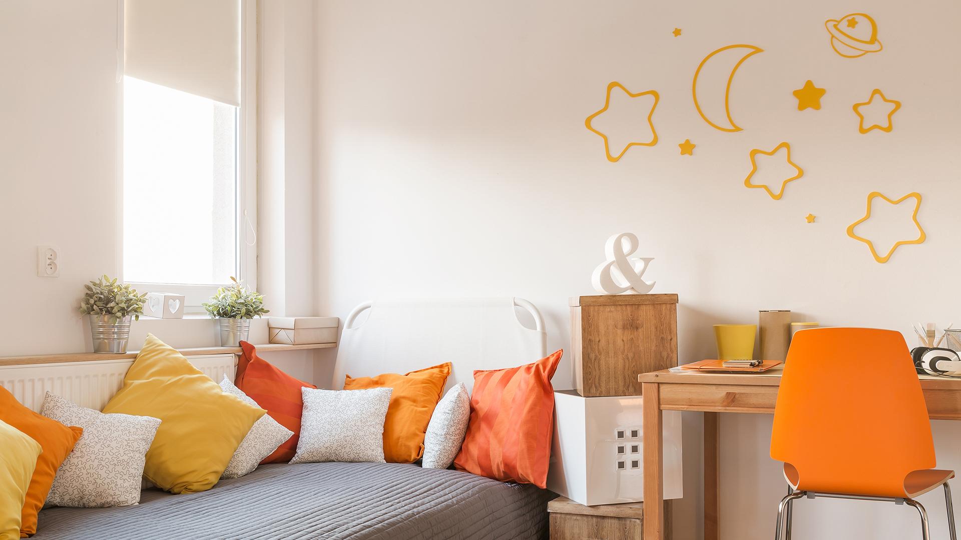 Estímulos demais nos quartos podem impedir o relaxamento e o descanso. O ideal é fazer uso equilibrado de cores e objetos de decoração.