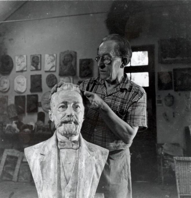 João Turin finalizando uma de suas esculturas no ateliê.
