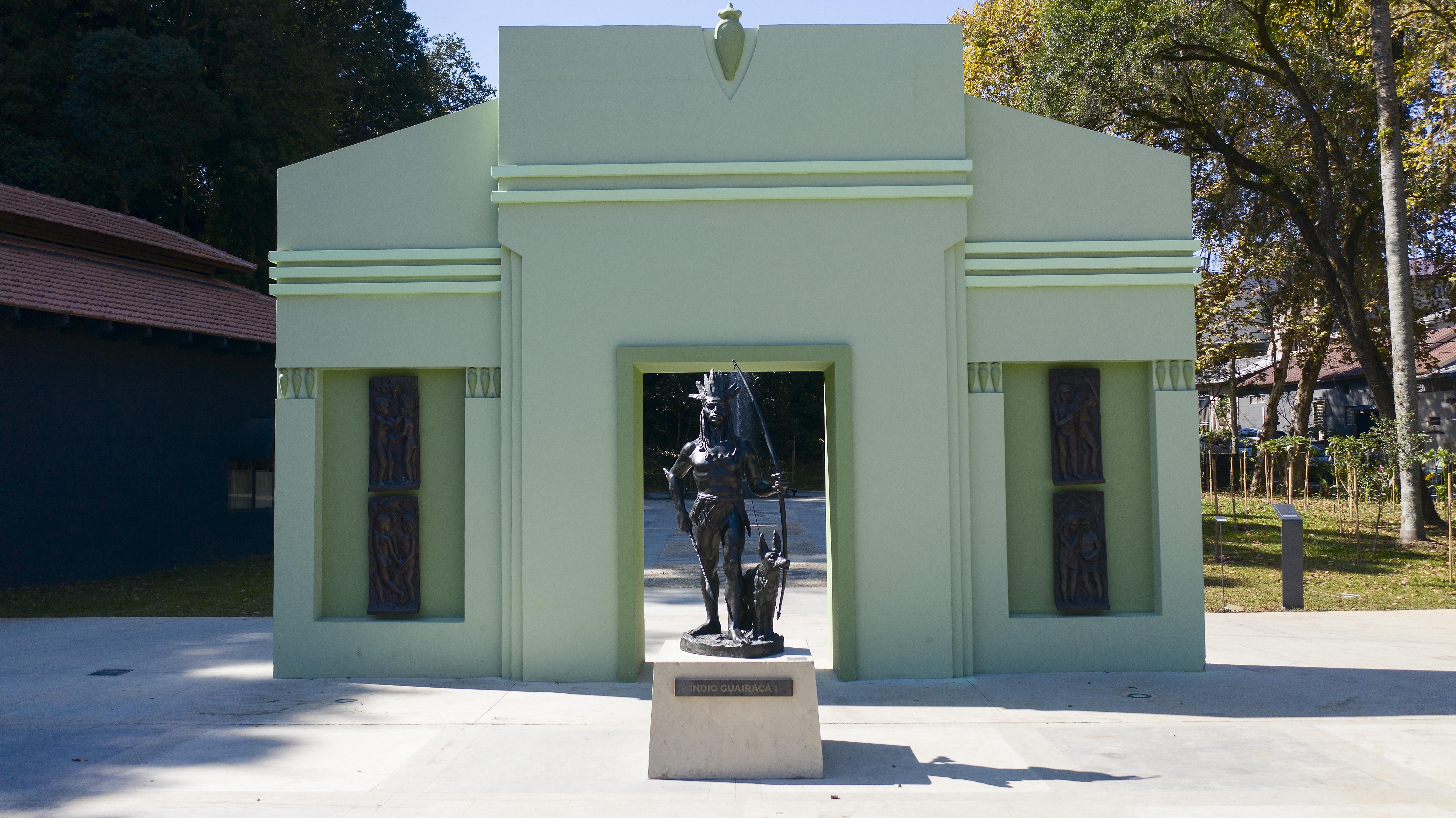 Escultura do Índio Guairacá II, de João Turin, que está em frente ao portal paranista do Memorial.
