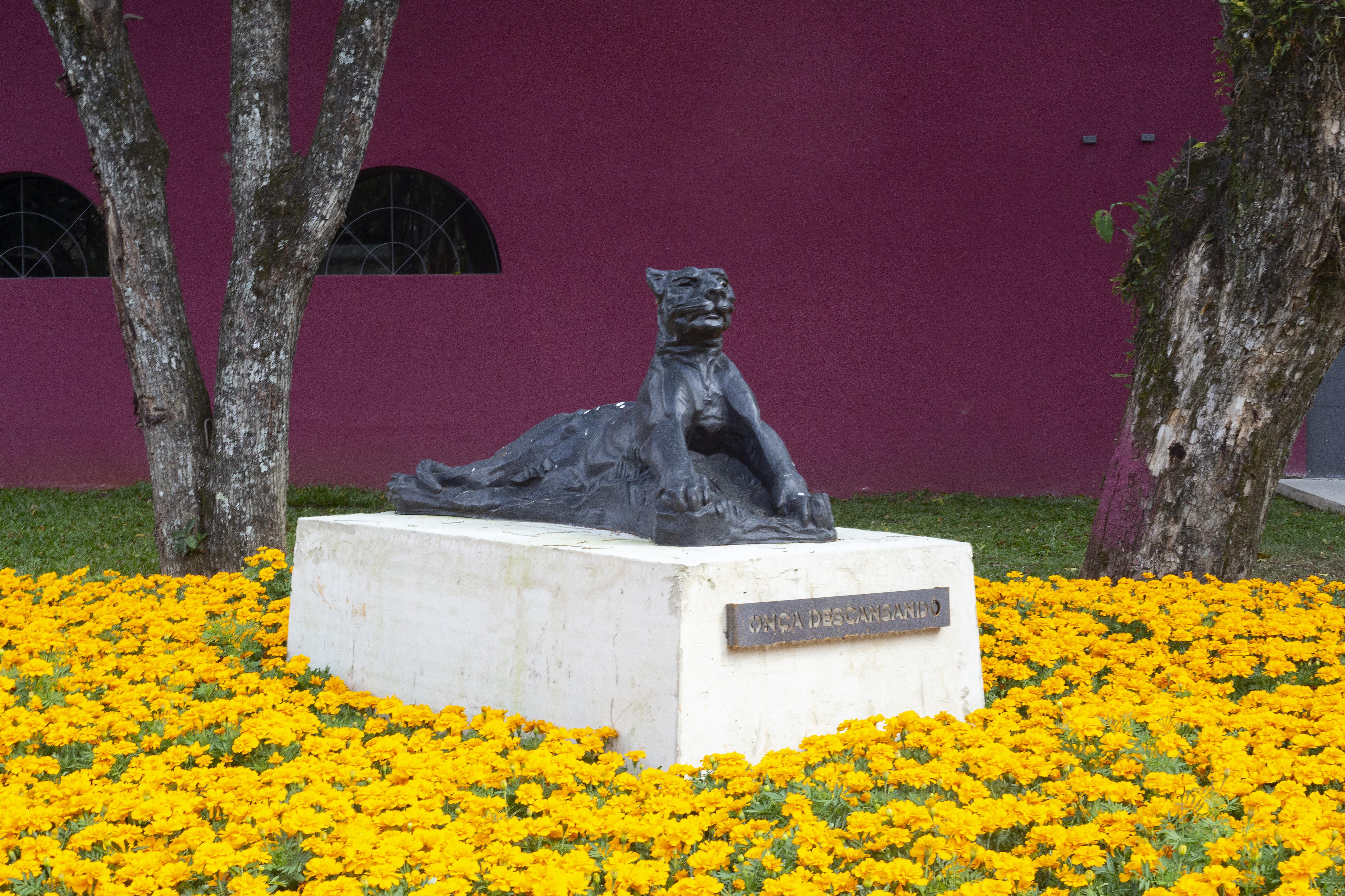Escultura de onça é uma das 15 obras gigantes que formam o jardim de esculturas do Memorial, que é o maior do Brasil.