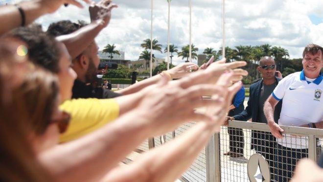 Presidente Jair Bolsonaro acena para manifestantes pró-governo em frente ao Palácio do Planalto em 15 de março de 2020.
