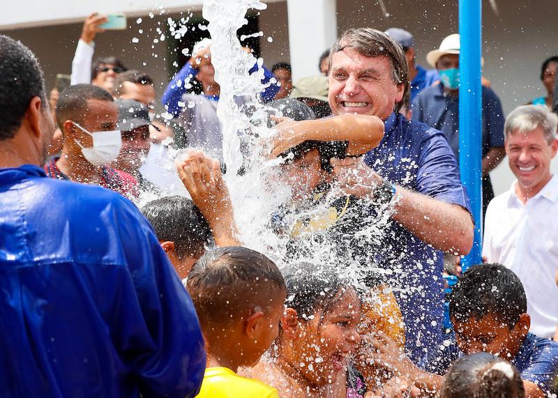 Bolsonaro brinca com crianças durante inauguração de sistema de abastecimento de água em Piranhas (AL)/Isac Nóbrega/PR