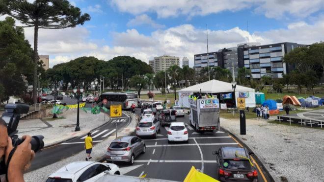 Manifestantes participam de carreata durante Marcha da Família em Curitiba.