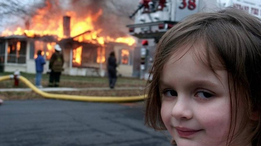 """Meme """"disaster girl"""" também foi vendido em forma de NFT. O valor arrecadado pela própria protagonista da foto chegou a quase US$ 500 mil"""