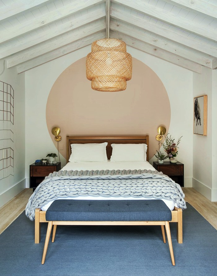 Círculo se destaca na cabeceira da cama.