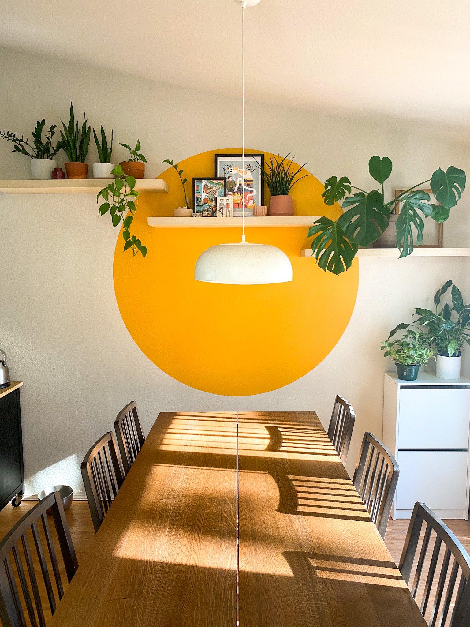 Tom de amarelo vibrante foi o escolhido para o círculo pintado nesta sala de jantar.
