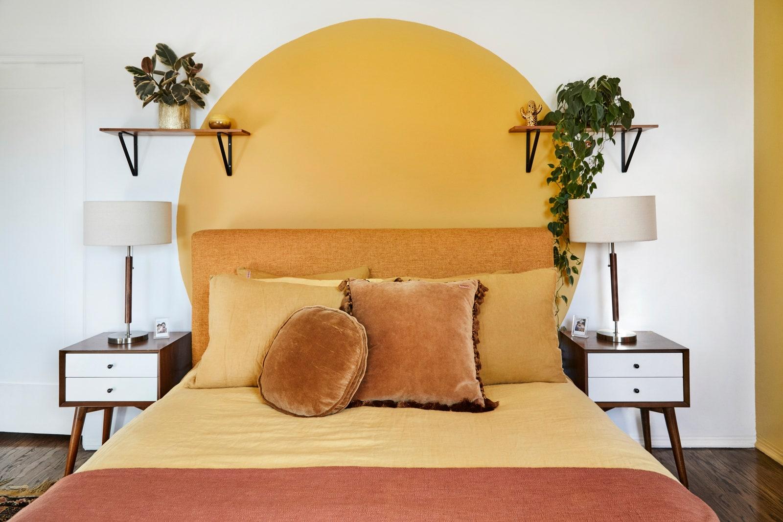 Círculo amarelo pintado na cabeceira da cama