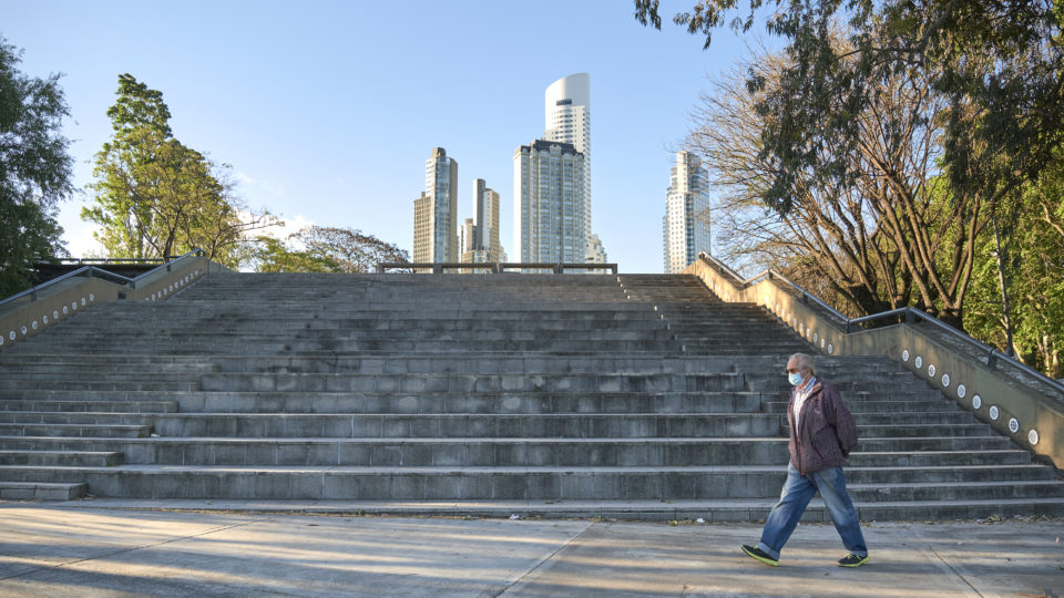 Homem caminha por um parque em Puerto Madero usando uma máscara facial para se proteger do coronavírus, durante a pandemia de Covid-19, em Buenos Aires