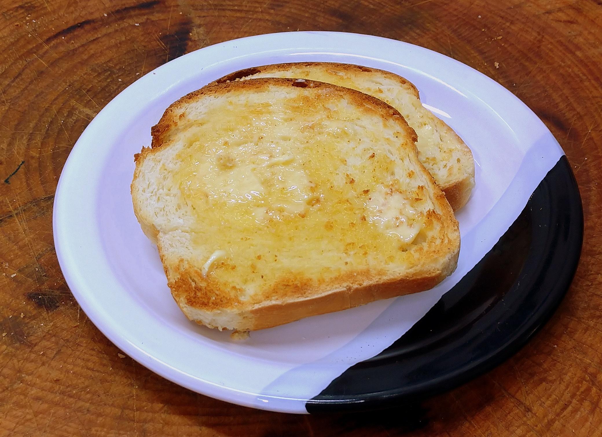Fatia de Pão Petrópolis passada na frigideira com manteiga. Incomparável!