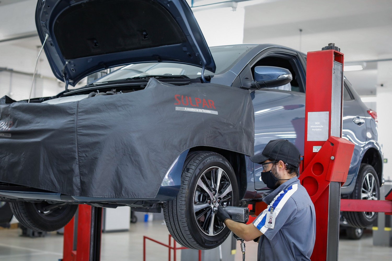 Mecânico fazendo manutenção de um carro da Toyota