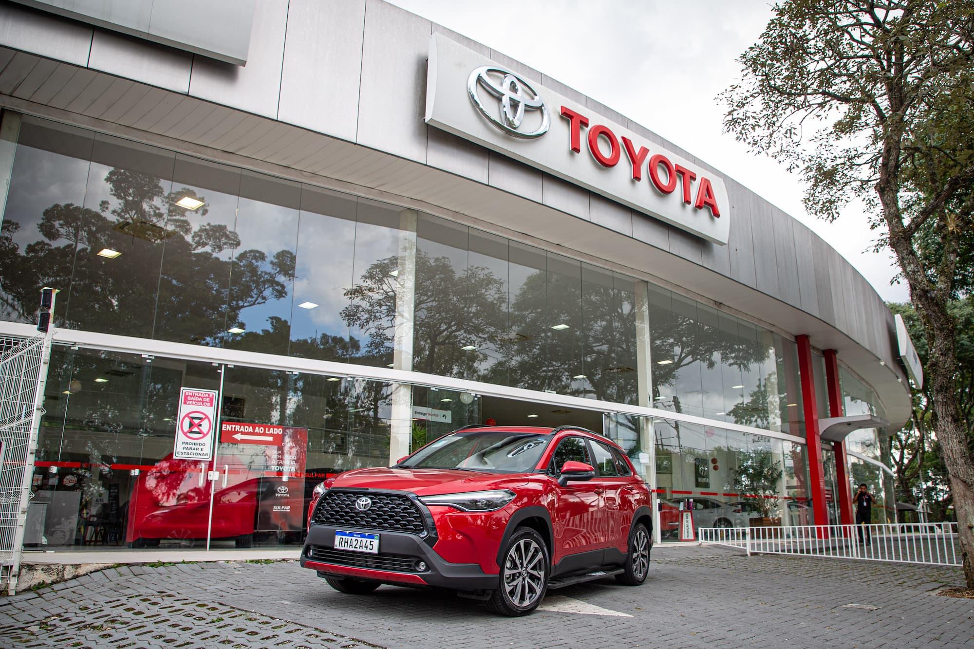 Corolla Cross zero km em frente à concessionária Toyota Sulpar Alto da XV