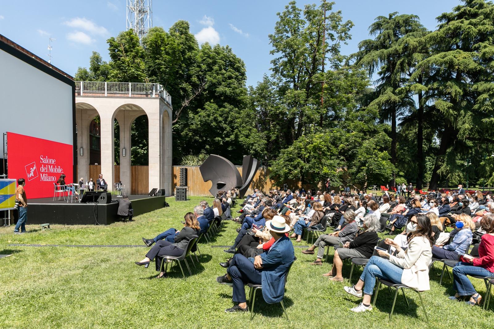 Coletiva de imprensa aconteceu nos jardins da Triennale de Milão.