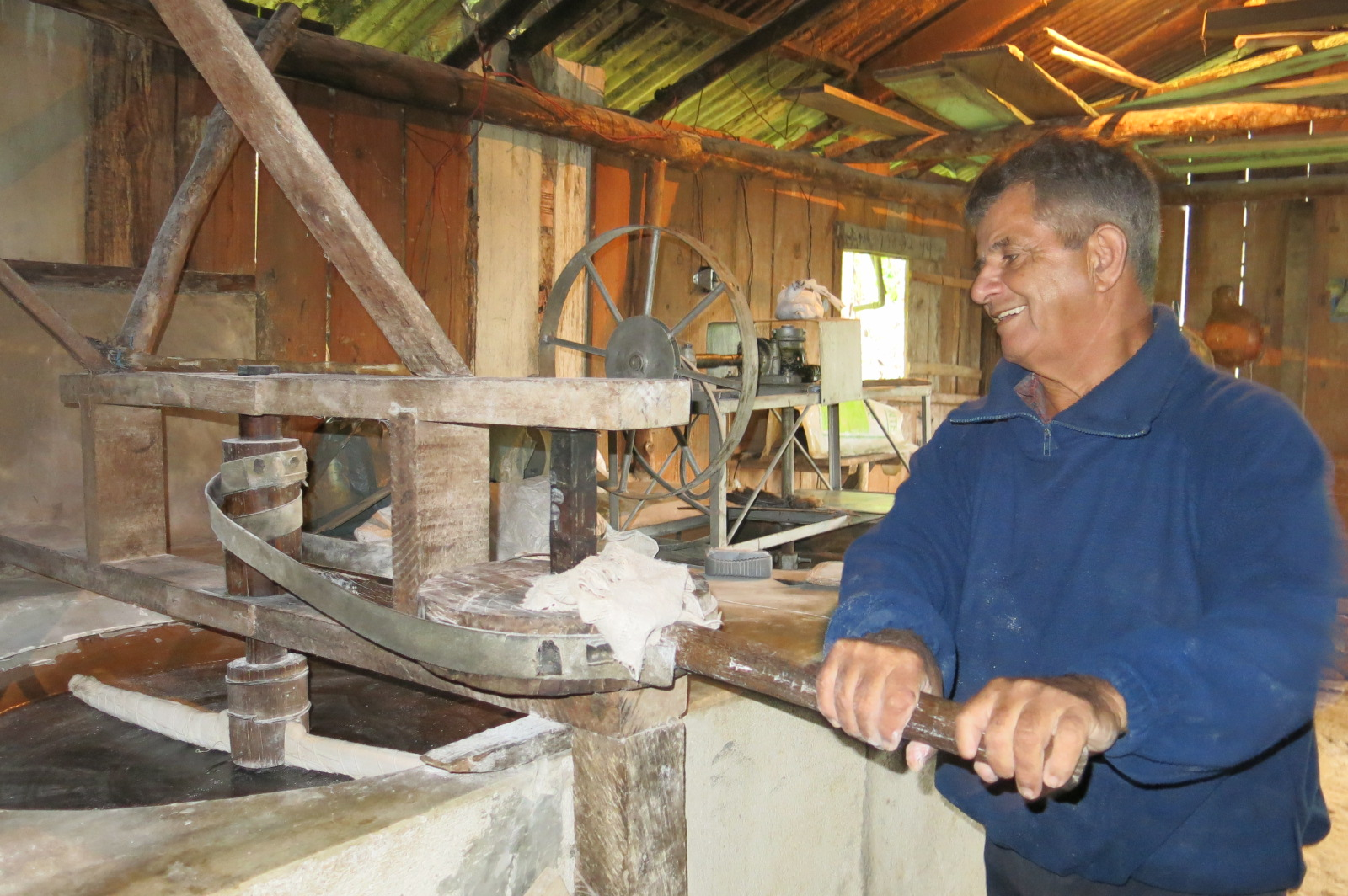 Seu Luiz Firmino na farinheira artesanal, na Serra do Mar.