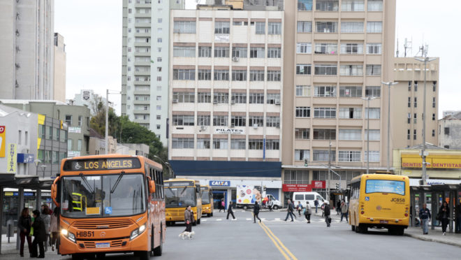 Algumas linhas de ônibos terão tarifa reduzida.  Na foto ônibus da linha Ahu – Los Angeles, na Praça Rui Barbosa .