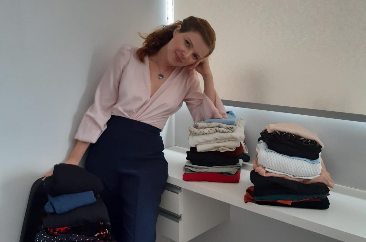 A designer de moda mantém somente as roupas necessárias.