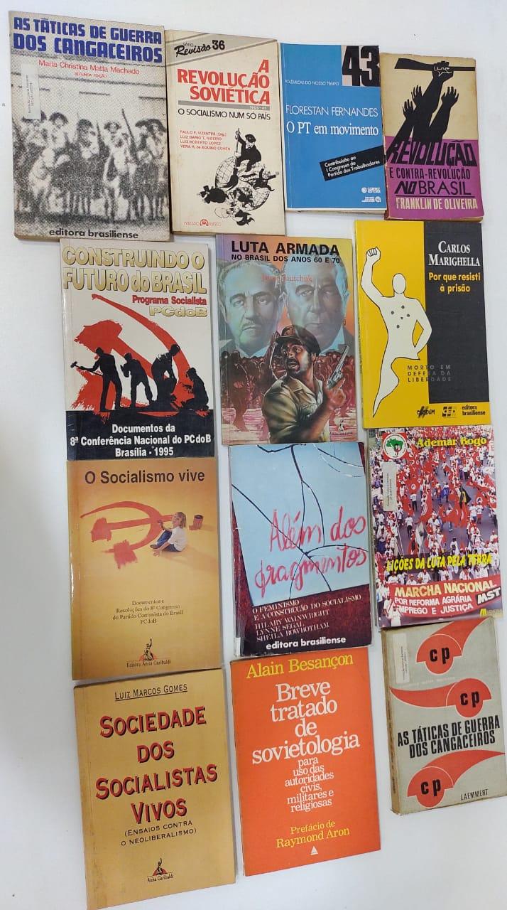 <em>Livros que serão retirados do acervo cultura da Fundação Palmares (Crédito: Marco Frenette)</em>