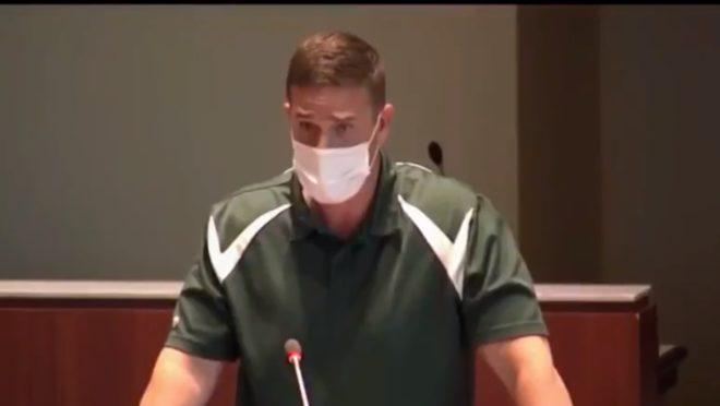 Professor Byron Tanner Cross falou no conselho escolar do condado de Loudoun.