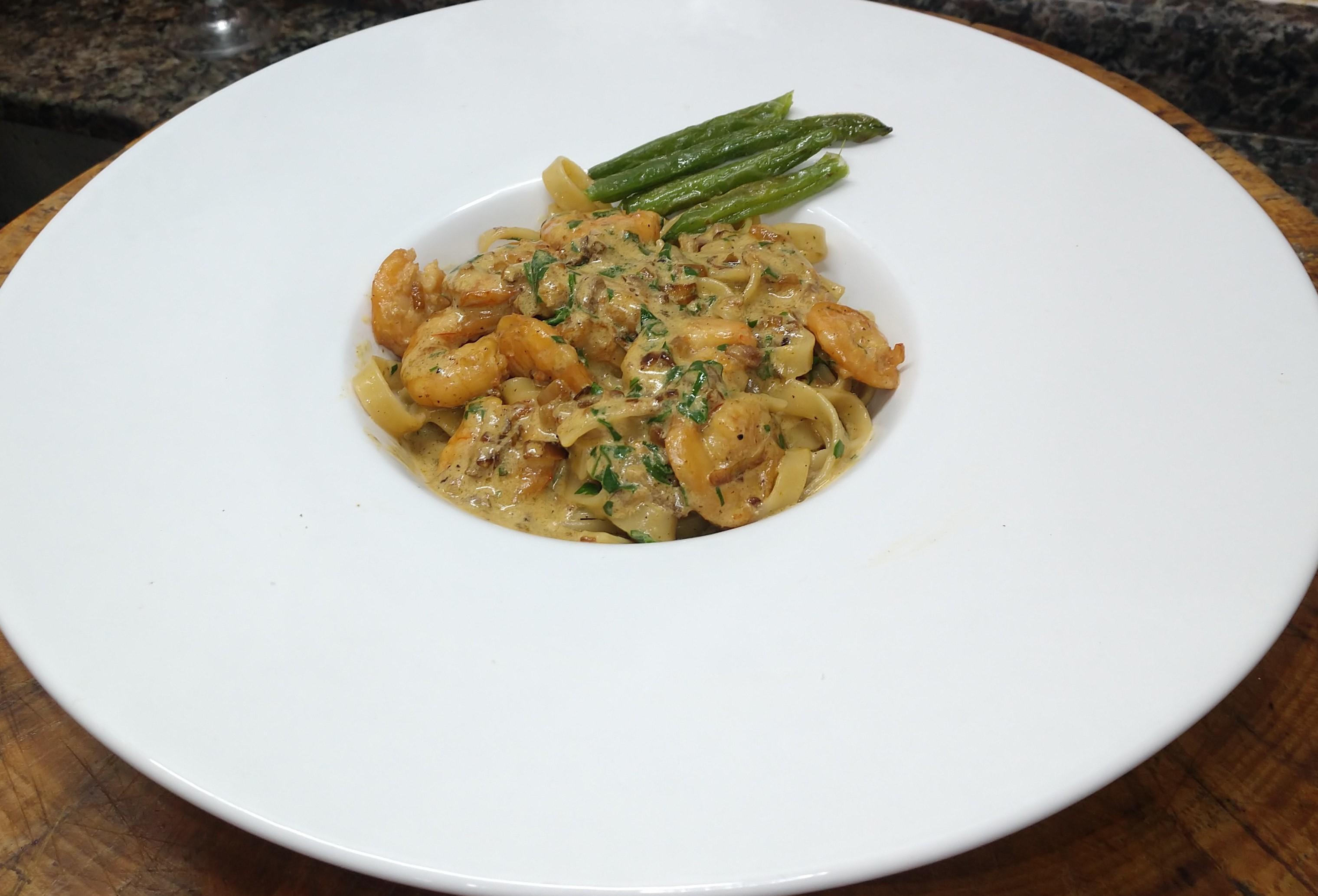 Fettuccine com camarão cremoso ao curry e vodca - prato pra fazer em menos de uma hora.