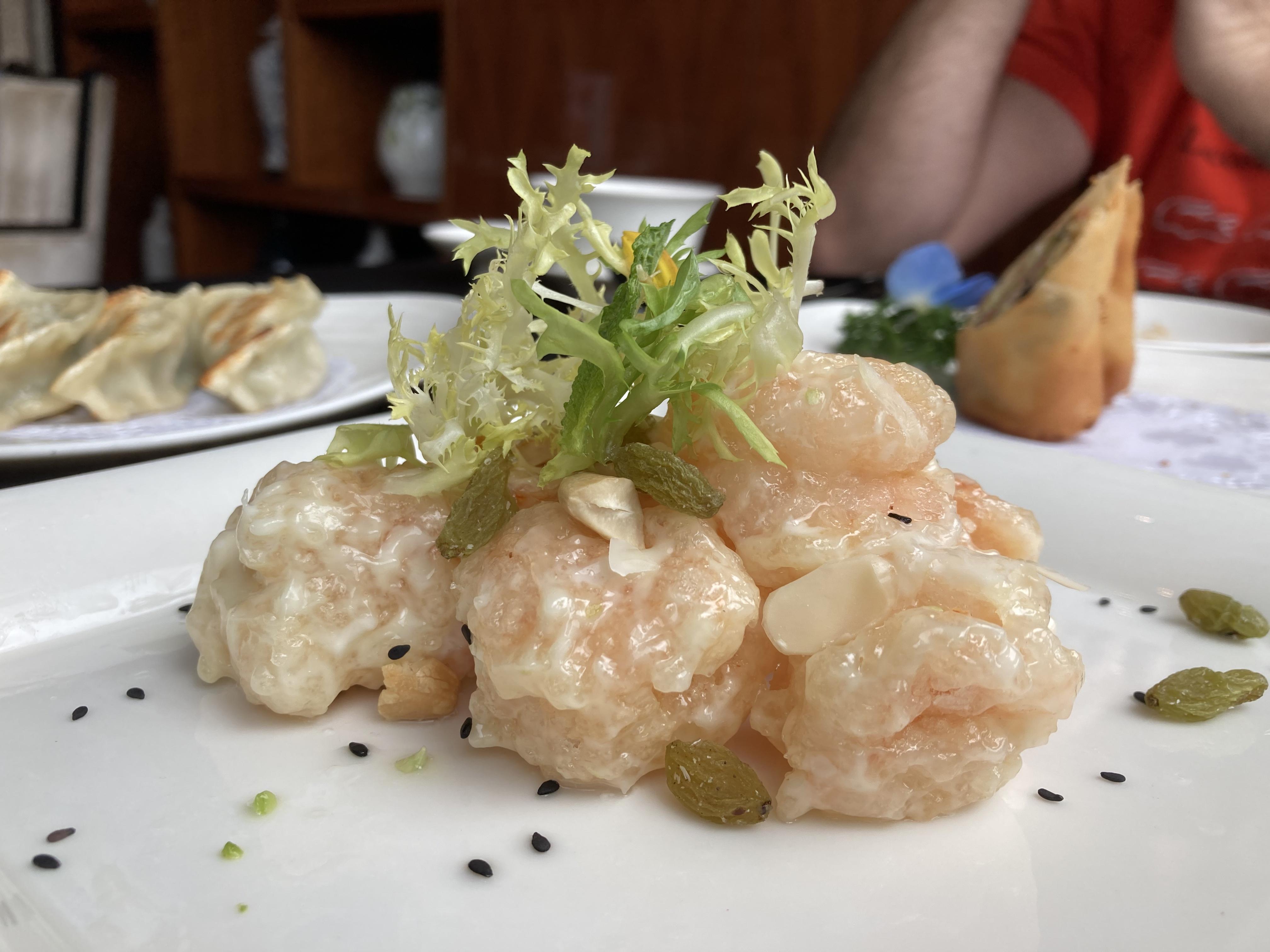 O tempero suave marca a identidade do prato cantones. O camarão suculento, no tamanho ideal, conta com mostarda e outras especiarias que na boca surpreende