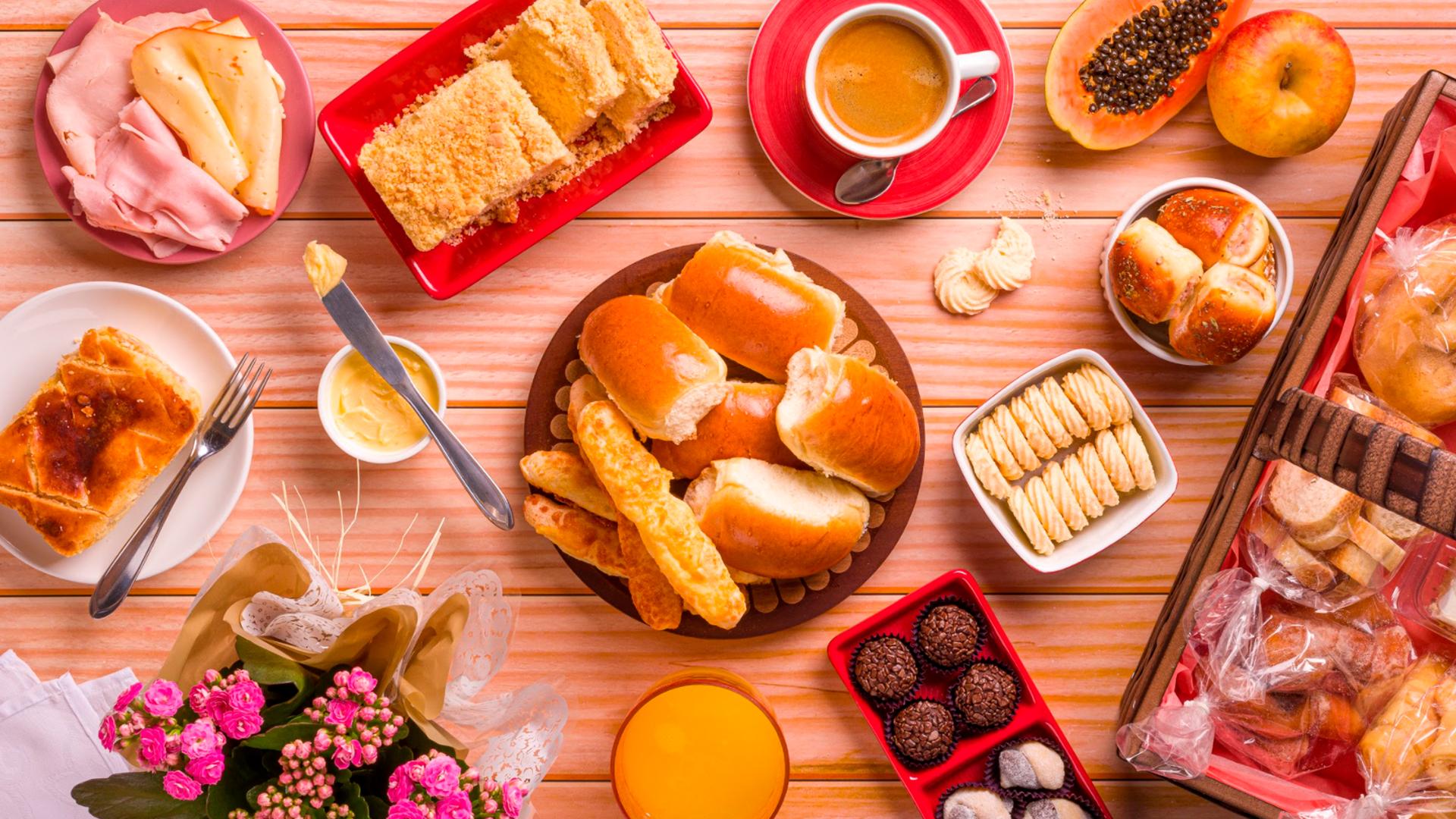 Cestas de café da manhã são uma ótima forma de comemorar uma data especial em casa.