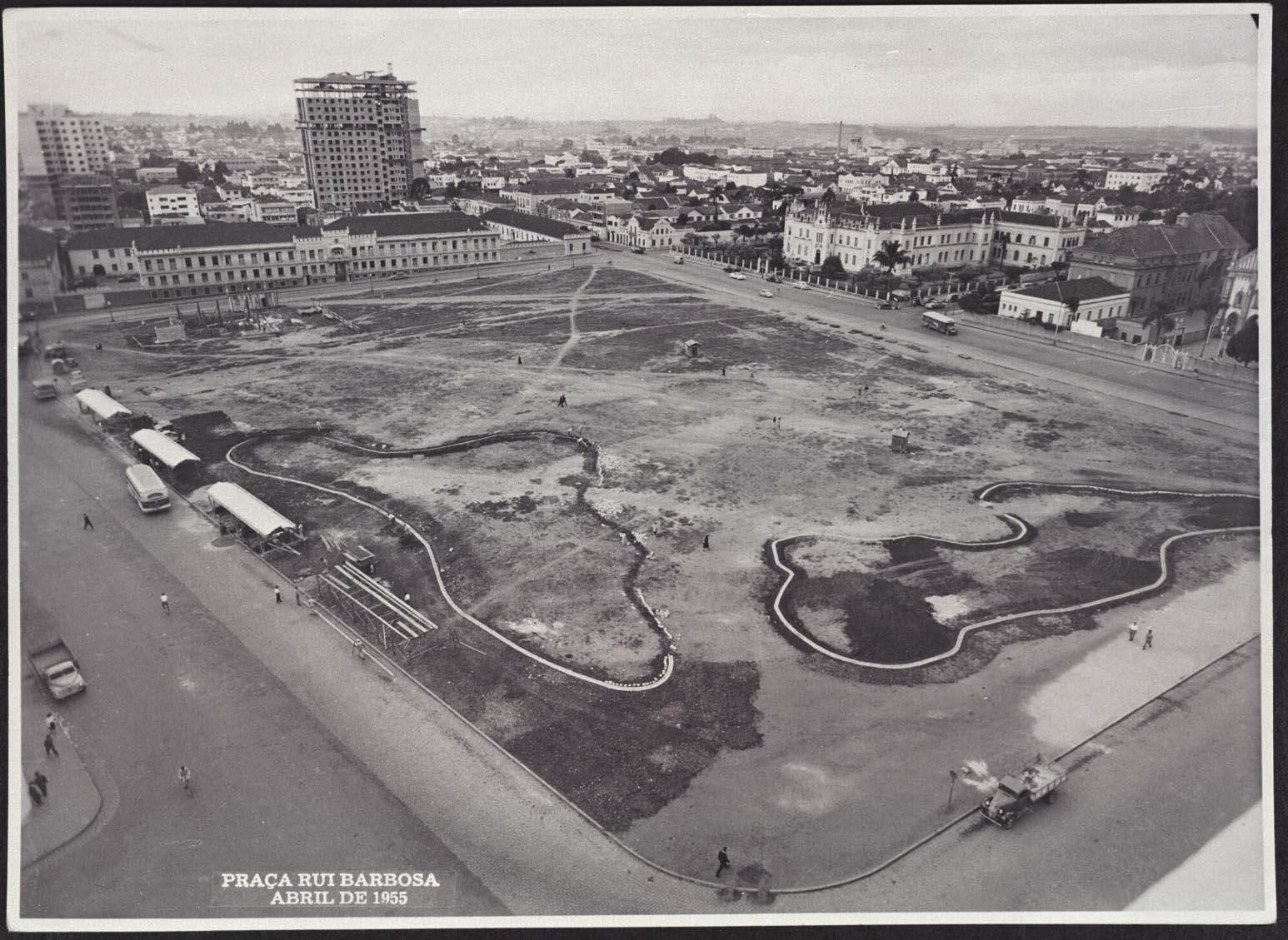 Praça Ruy Barbosa em abril de 1955. À esquerda, o prédio do antigo Quartel; à direita, a Santa Casa de Misericórdia e vista parcial da Paróquia do Senhor Bom Jesus dos Perdões.
