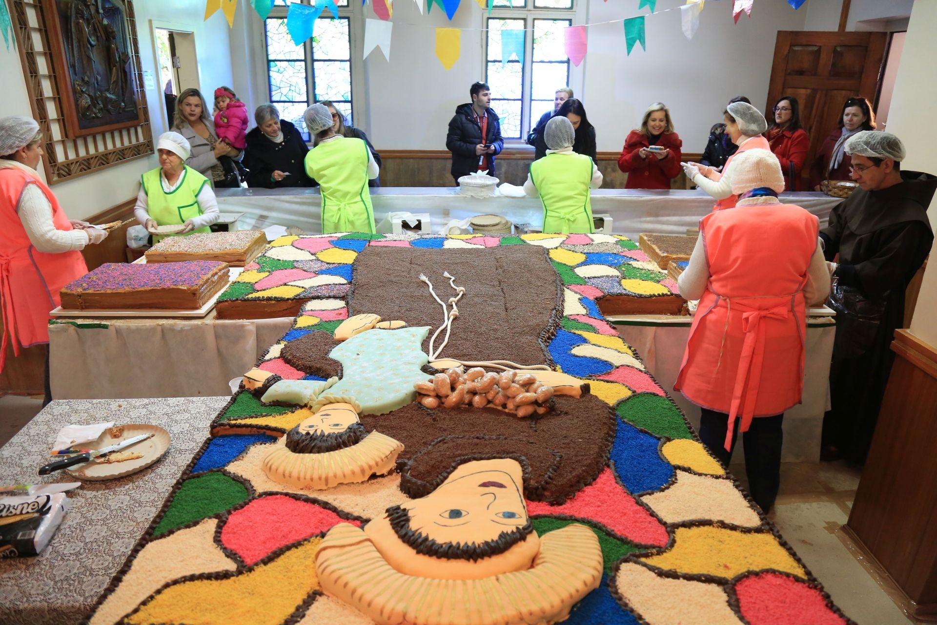 bolo santo antonio de padua que esta sendo distribuido na paroquia Senhor Bom Jesus dos Perdoes na praca rui barbosa