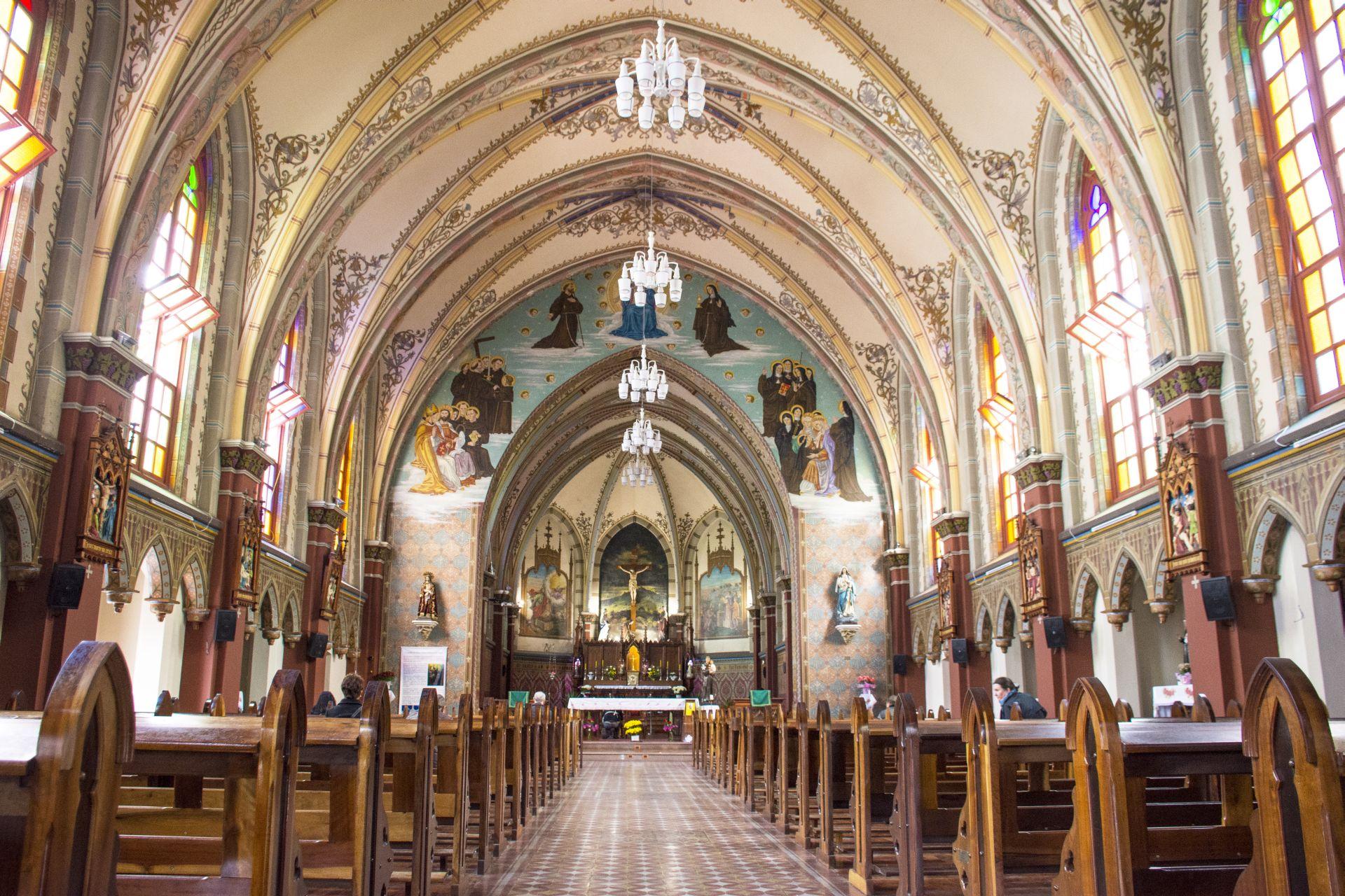 Interior da Igreja Bom Jesus dos Perdões, no Centro de Curitiba, que abriga uma das maiores festas de Santo Antônio do Paraná.
