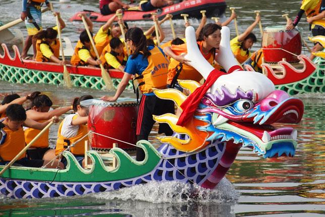 Com feriado, os chineses comemoram o Festival do Barco do Dragão, uma celebração milenar regada a competições, história e comida típica