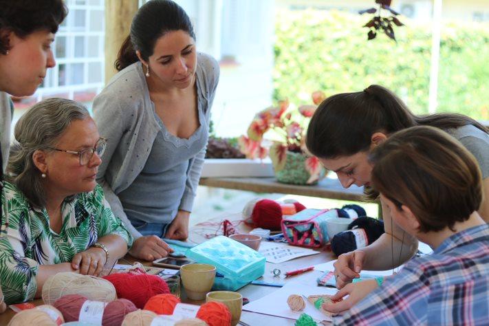 Iris Alessi em uma aula de tricô antes da pandemia.