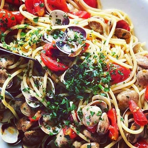 Spaguetti alle vongole con pomodorini.