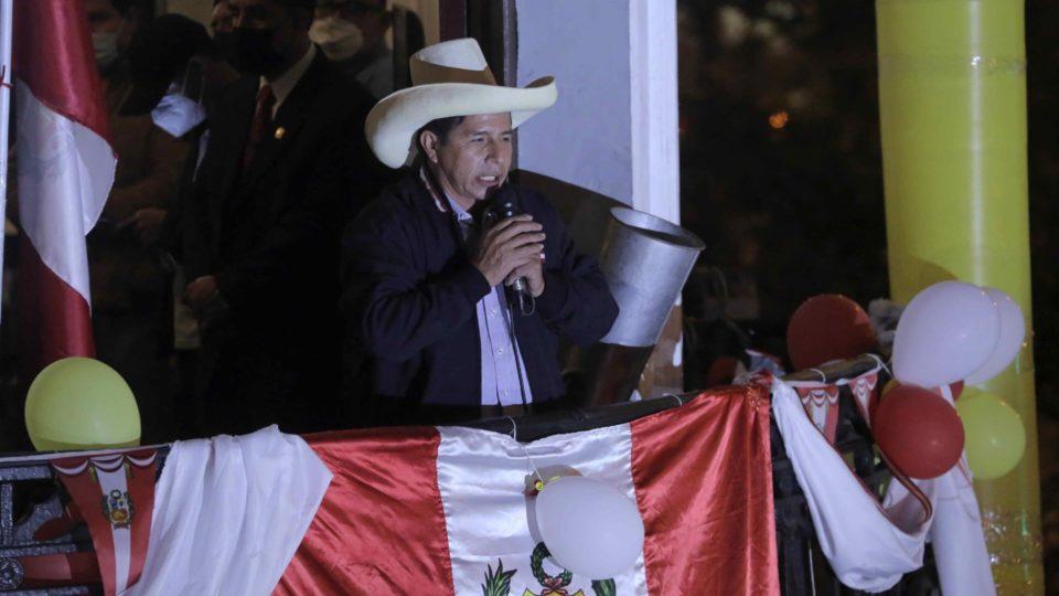 O candidato de esquerda à presidência do Peru, Pedro Castillo, discursa para apoiadores.