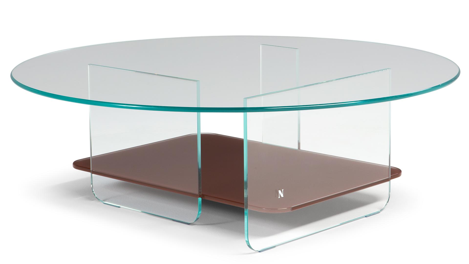 A mesa auxiliar com estrutura de metal e tampo de vidro é ideal para combinar com o sofá, como um apoio útil para a área de estar.