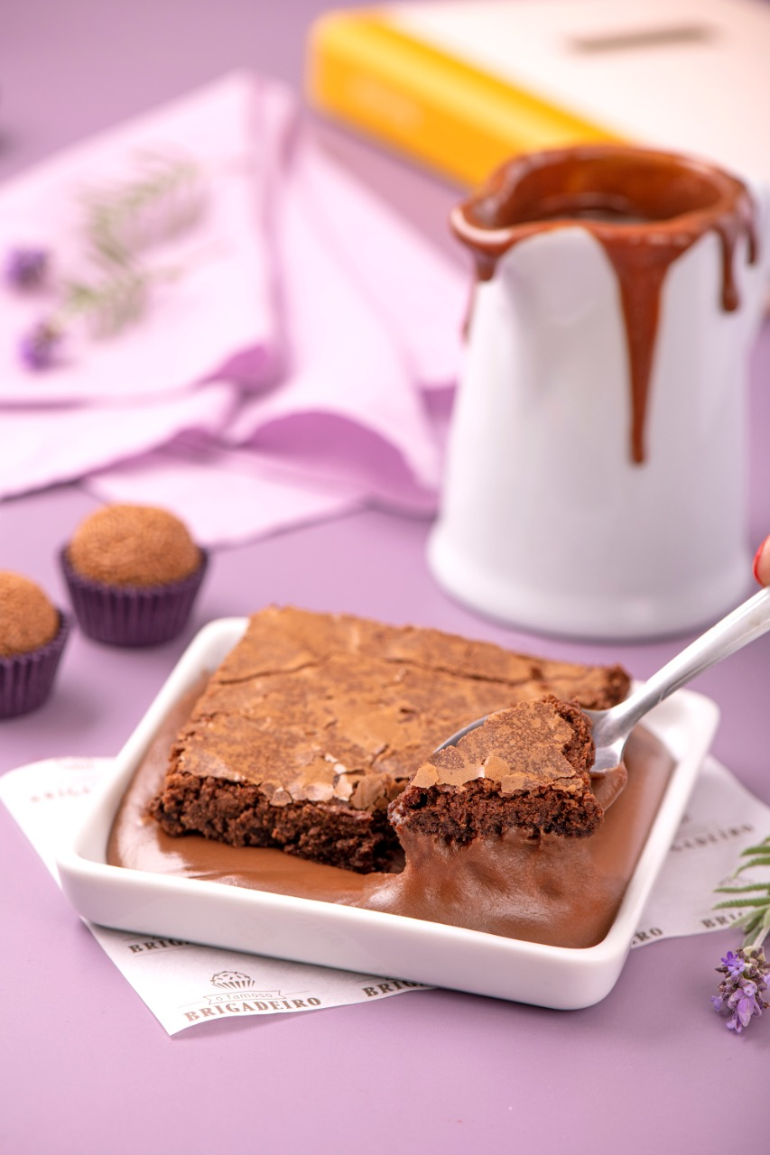 Brownie com calda de brigadeiro. Foto: Marcelo Krelling