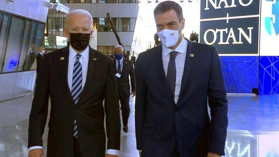 Presidente dos EUA, Joe Biden, e o primeiro-ministro espanhol, Pedro Sánchez, conversam durante cúpula da Otan, em Bruxelas, nesta segunda-feira (14)