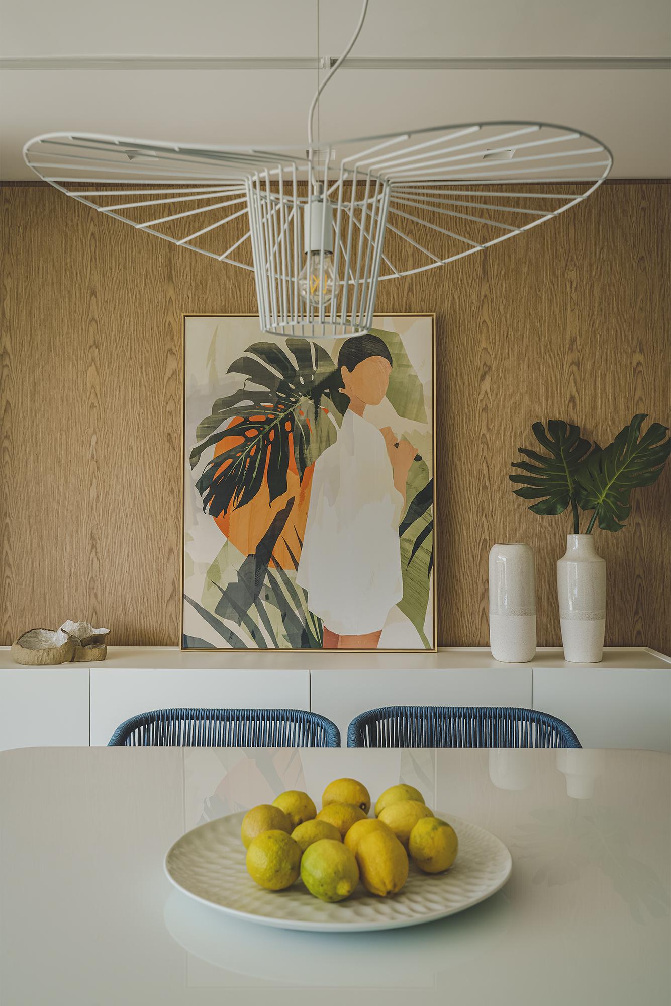 O pendente decorativo acima da mesa de jantar, em formato orgânico que lembra as ondas do mar, é um dos destaques do ambiente.