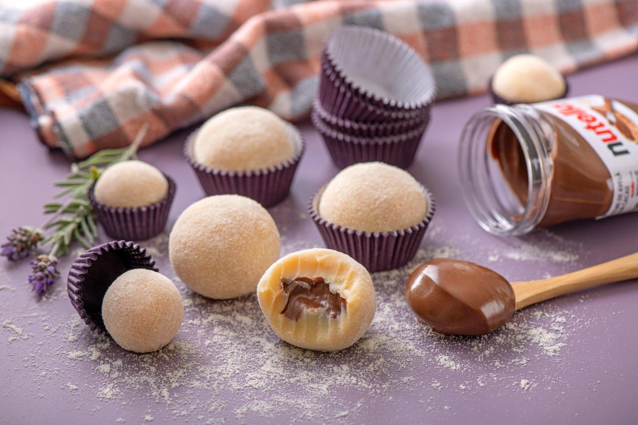 Brigadeiro tamanho G: tem opção de chocolate ao leite e de Ninho recheado com Nutella.
