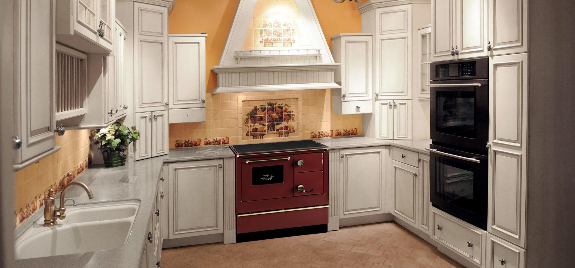 Com diferentes cores e modelos, fogões a lenha de alta performance são incorporados em diversos estilos de decoração.