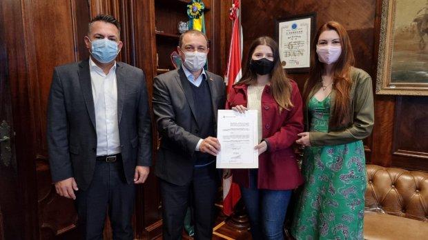 Governador Carlos Moisés exibe decreto que veta linguagem neutra em escolas catarinenses.