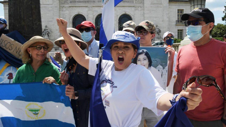 Ativistas da Coalizão pela Liberdade da Nicarágua se manifestam em frente à sede da OEA em Washington, 15 de junho