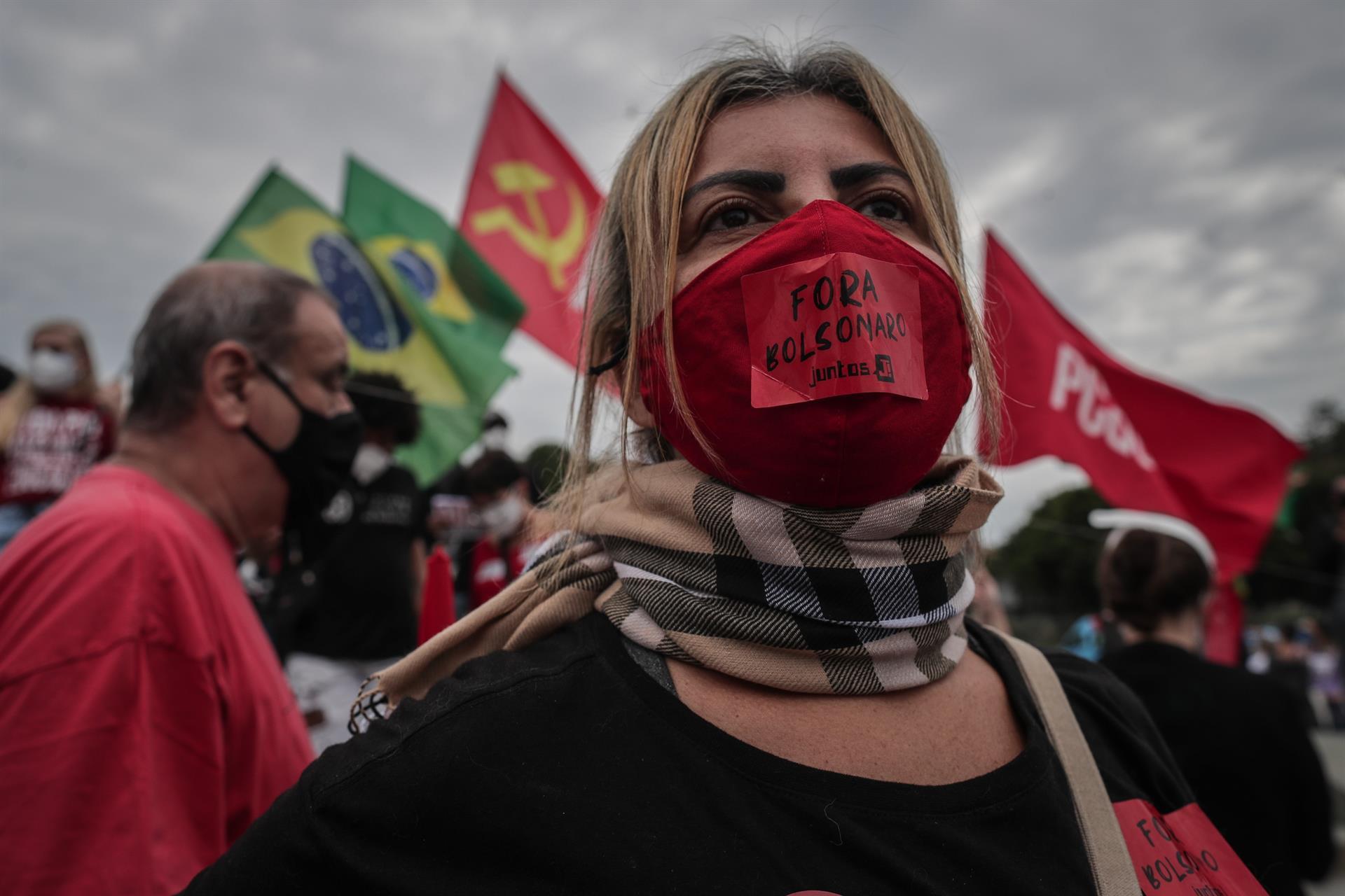 """Manifestante protesta no Rio de Janeiro: """"fora Bolsonaro"""". Foto: Agência EFE"""