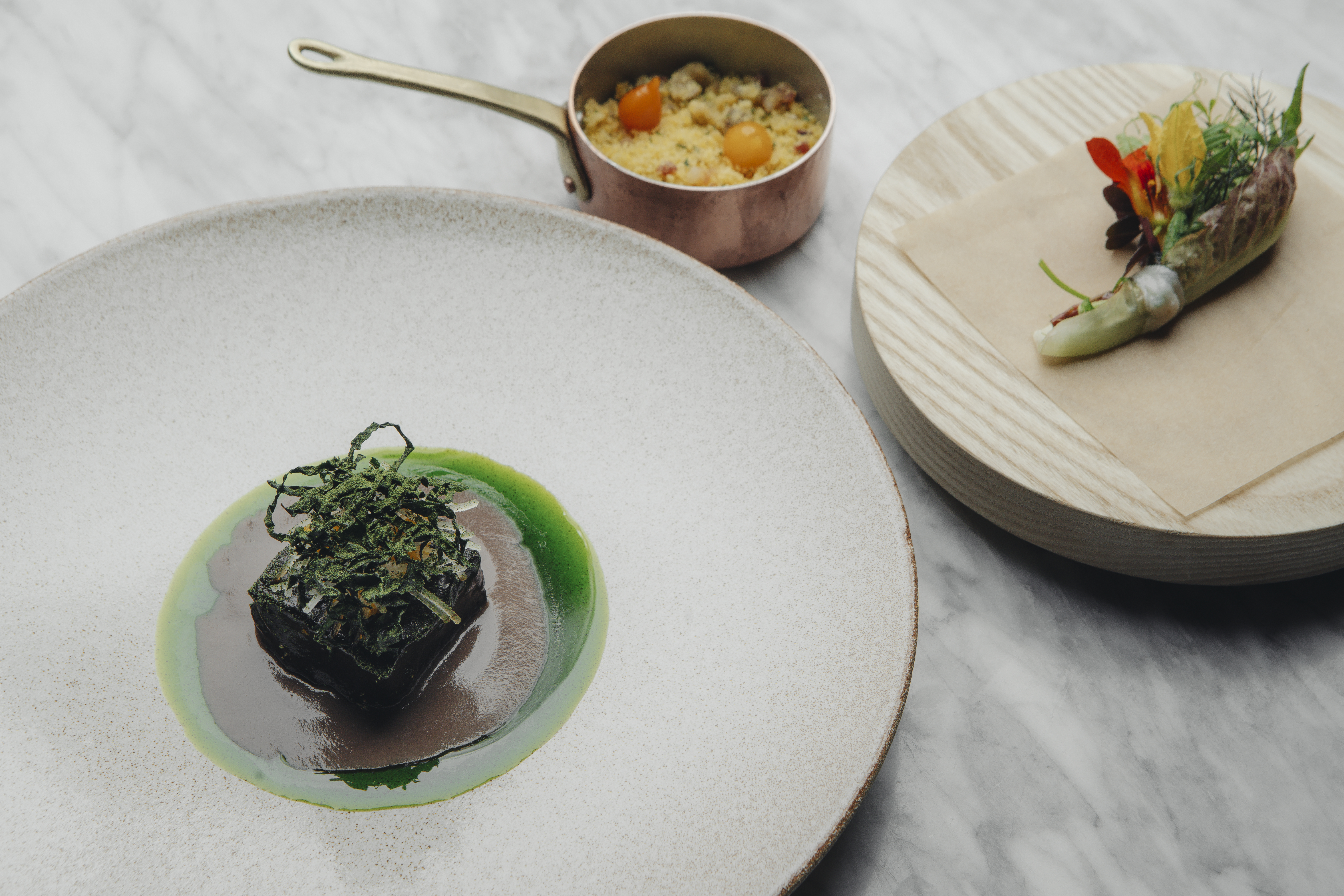 Restaurante Da Terra: Feijoada inspira o prato com cortes de carne de porco e feijão preto, farofa, bacon e banana.