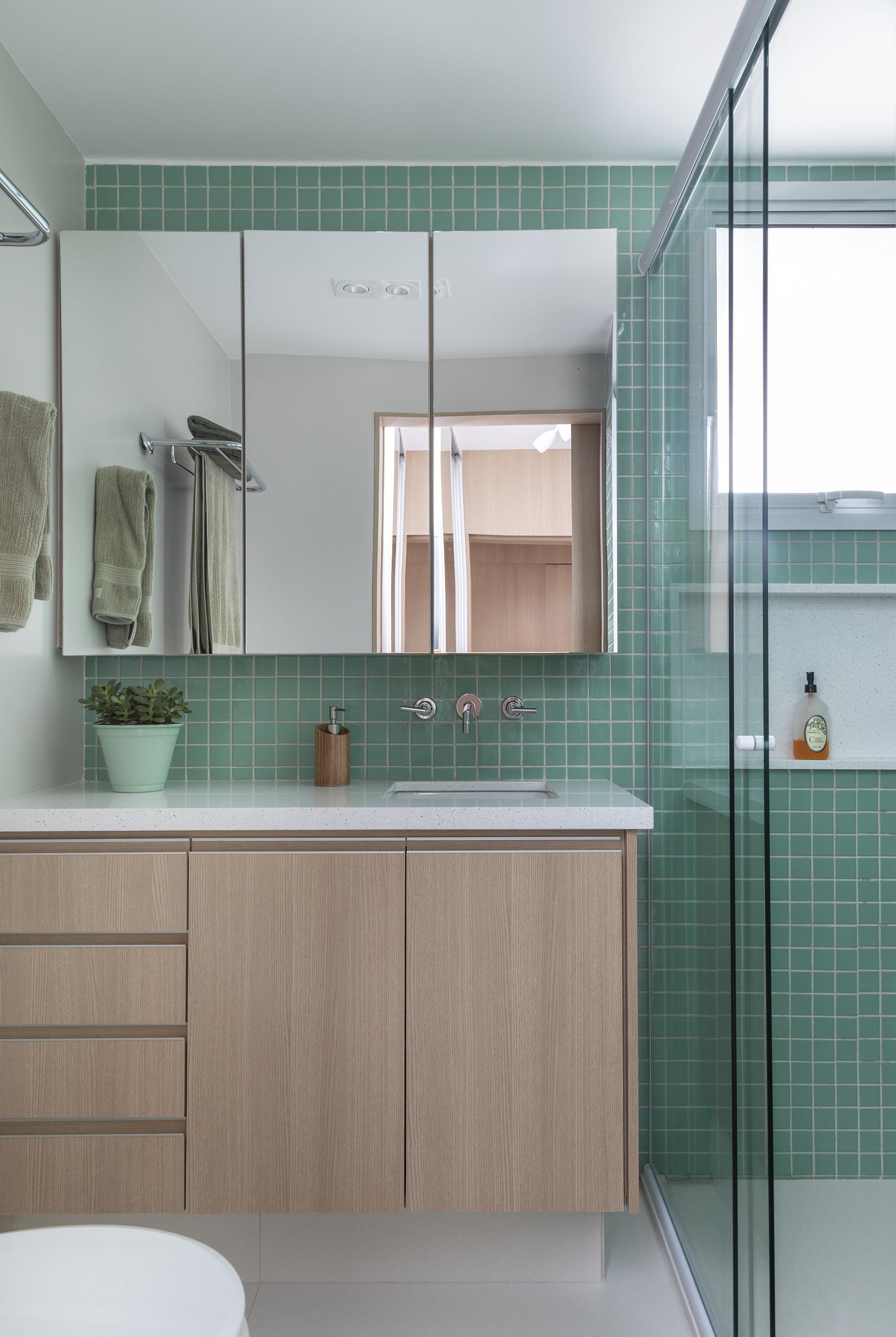 A marcenaria do gabinete da pia permite o armazenamento de diversos itens em suas gavetas e armários. O espelho também é versátil, com portas que oferecem espaço para os itens pessoais.