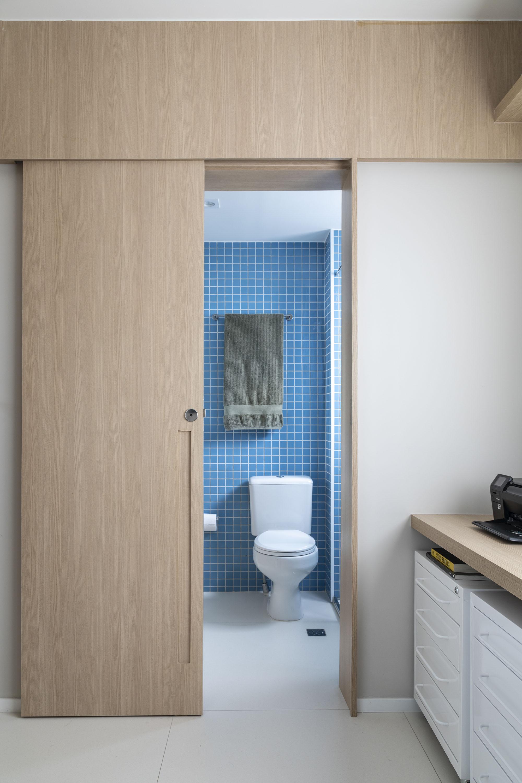 Os banheiros do apartamento seguem o mesmo estilo, mas com pastilhas em cores diferentes.