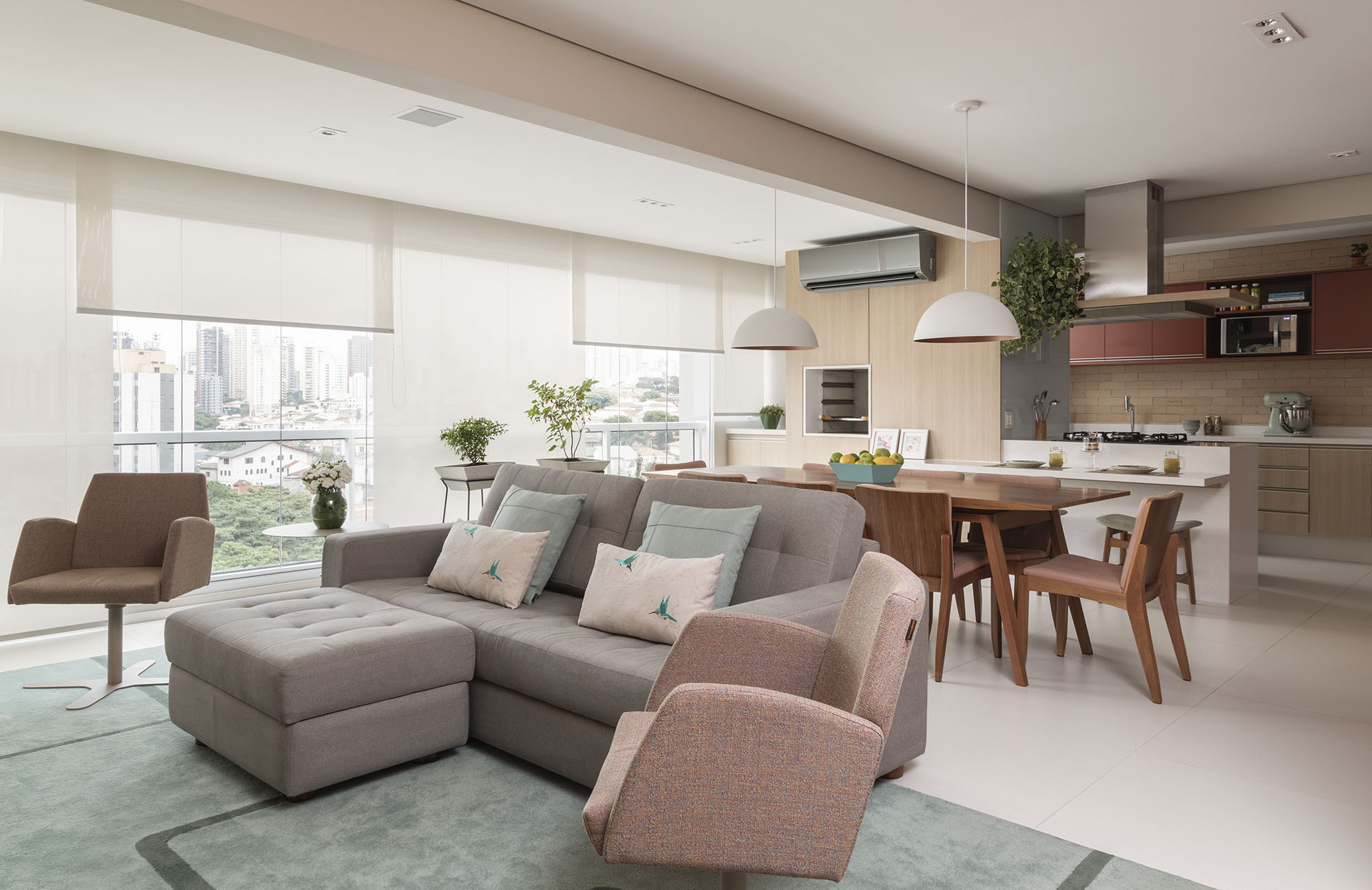 Paleta de tons suaves compõe a decoração da sala de estar.