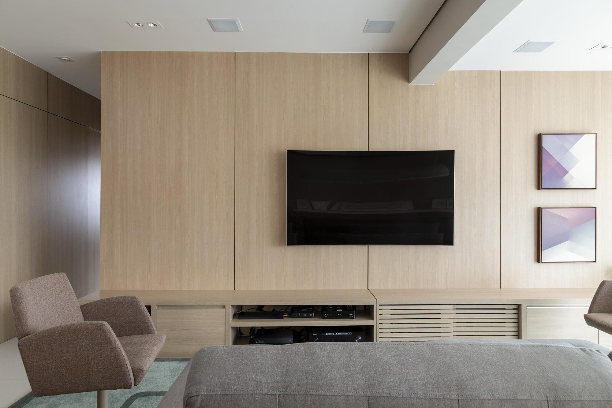 Painéis de madeira em tons suaves levam atmosfera clean ao projeto.
