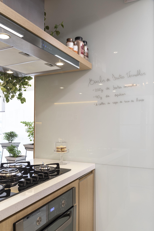 Painel de recados na parede da cozinha é solução descontraída e prática para anotar lembretes ou receitas.